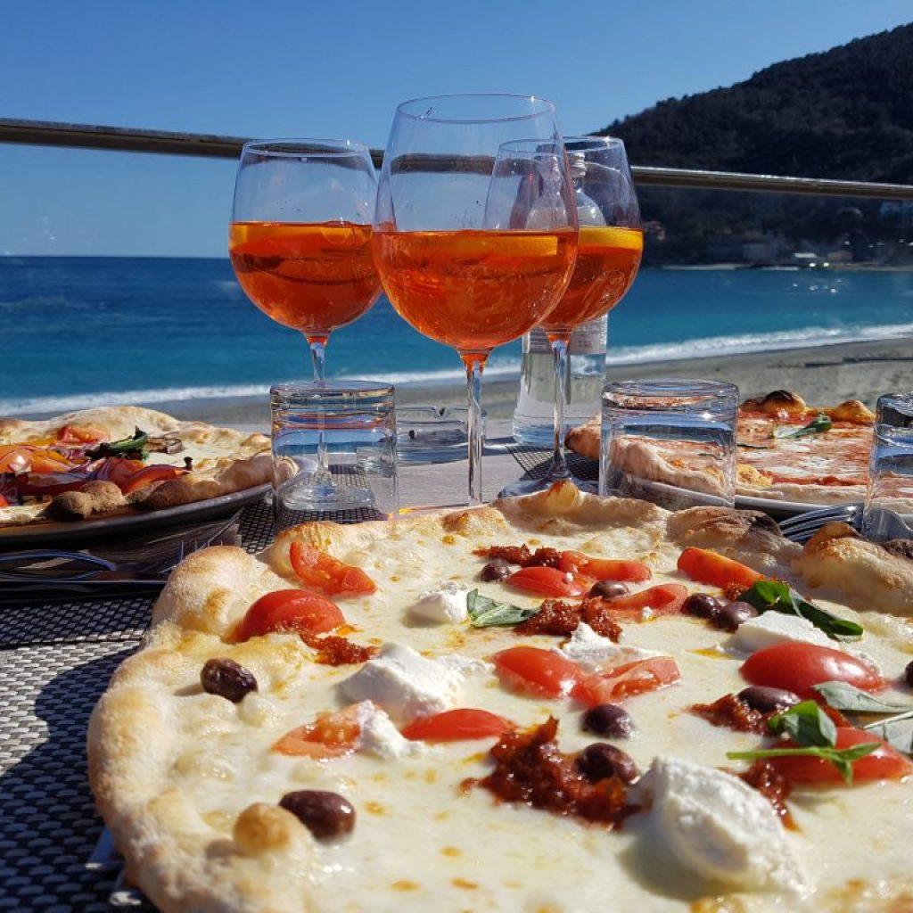ristorante a noli con vista sul mare
