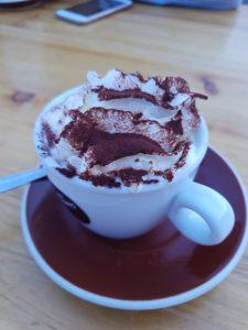 chocolat chaud en haut des pistes de ski